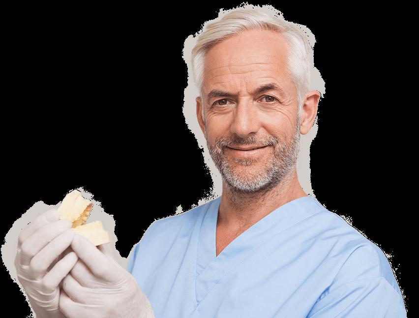 Qualifizierter Zahntechniker der den günstigen Zahnersatz von ReDentes überprüft